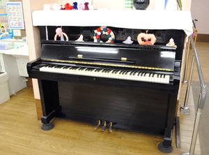 【フロア】ピアノはスタッフが弾いたり、弾きたいお客様にも楽しんでいただいています♪