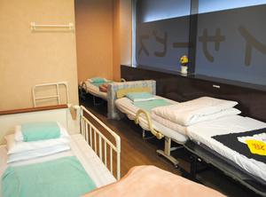 【フロア】静養室にはベッドが4台あります。