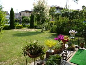室内から開放感のある芝生の庭が眺められます
